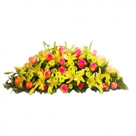 Ovalo de Condolencias con 40 Rosas Rosadas y 20 Liliums Amarillos