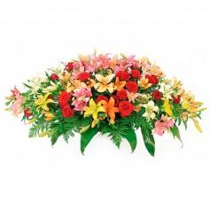 Ovalo de Condolencias con 24 Rosas Rojas y 20 Liliums