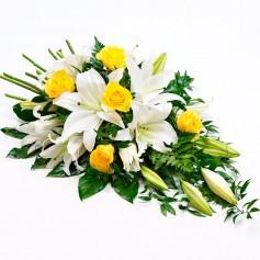 Cubre Urna con 10 Liliums Blancos y 6 Rosas Amarillas