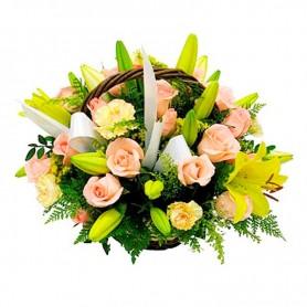 Canastillo con Flores y Rosas tonos Damascos y Amarillos