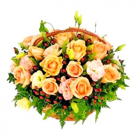 Canastillo de Rosas y Lisianthus en tonos Damascos con Hipéricos