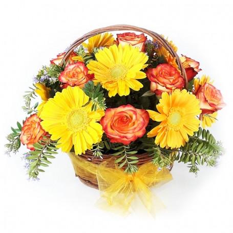 Canastillo de 12 Rosas Circus y Gerberas Amarillas