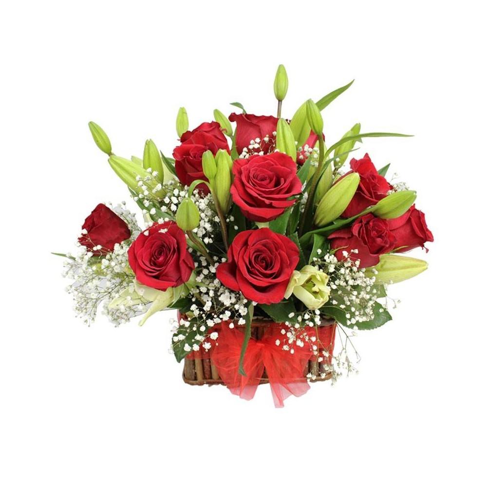 canastillo de rosas rojas y liliums blancos