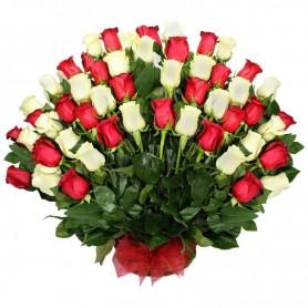 Canastillo con 50 Rosas en Abanico Rojas y Blancas
