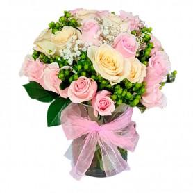 Florero con 12 Rosas Rosadas y Blancas Más Hipéricos Verdes