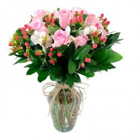 Florero 12 Rosas Rosas Rosadas más Hipéricos Rojos