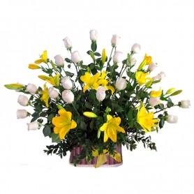 Canastillo Liliums Amarillos y Rosas Blancas