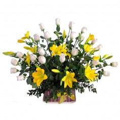 Canastillo de Condolencias Liliums Amarillos y Rosas Blancas