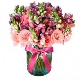 Florero Rústico con Flores de Perrito mix Rosadas 6 Rosas Rosadas Astromelias Rosadas Limonios y Flores Silvestres