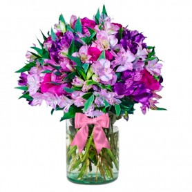 Florero con 30 Astromelias moradas más Flores mix