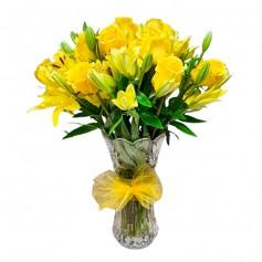 Florero con 12 Rosas y 10 Varas de Liliums Amarillos más Flores Mix