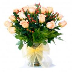 Florero de 24 Rosas Damasco con Hipéricos